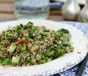 Beat the heat with the cooling flavors of Tabbouleh //whole grain, vegan // Bob's Red Mill